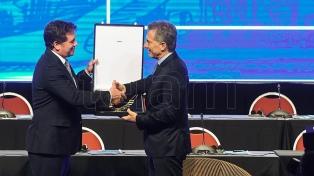 "Macri le agradeció a la ""familia boquense"" tras ser condecorado por Conmebol"