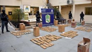 Un policía retirado descubrió 861 kilos de marihuana abandonada al costado de la ruta