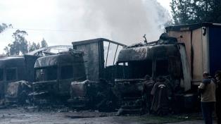 Encapuchados queman camiones y maquinarias en el sur