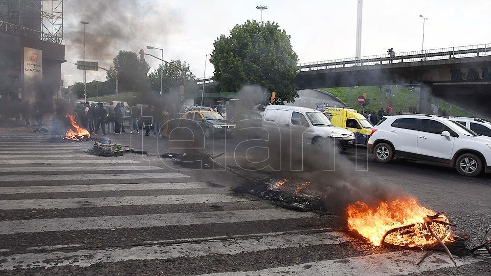 Los choferes que cortaban general paz se movilizan a la for Municipalidad la matanza