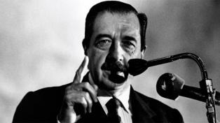 """Evocaron al ex presidente Alfonsín en la Recoleta, bajo el lema """"Una flor para Raúl"""""""