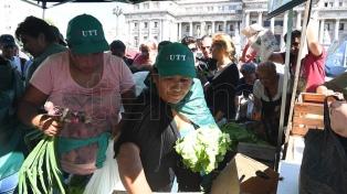 """Realizan un """"verdurazo"""" en la Plaza del Congreso para pedir una ley de acceso a la tierra"""