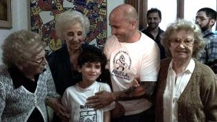 Sampaoli visitó a las Abuelas y  respaldó la búsqueda de los nietos