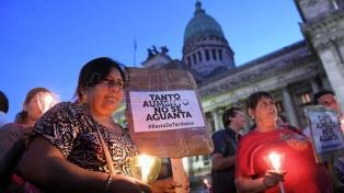 """Protestan contra los aumentos de tarifas con una """"marcha de las velas"""""""