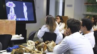 """Universidades utilizan """"mesas virtuales"""" para enseñar anatomía y hacer autopsias"""