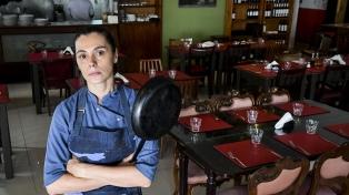 Mujeres chefs: cuando ellos se quedan con el control de la cocina