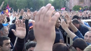 La oposición vuelve a mostrar su poder en las calles a dos días de elegir nuevo gobierno