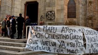 Mapuches tomaron la Catedral de Bariloche y piden la liberación de un líder detenido en Chile
