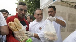 Panaderos regalan pan frente al Congreso para protestar por las tarifas