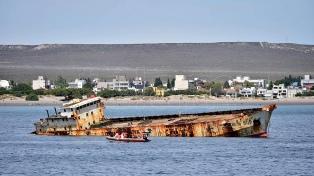 Comienza el desguace de barcos abandonados frente a las costas de Puerto Madryn