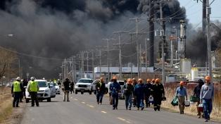Una explosión en una refinería en el estado de Wisconsin deja once heridos