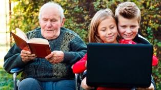 Aseguran que el avance de la tecnología conspira contra el vínculo entre abuelos y nietos