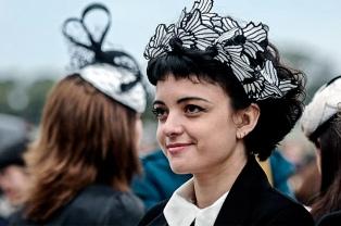El arte de diseñar y rescatar la antigua tradición del sombrero de mujer