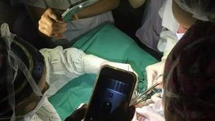 Los médicos del Hospital de Niños terminaron una operación alumbrándose con celulares
