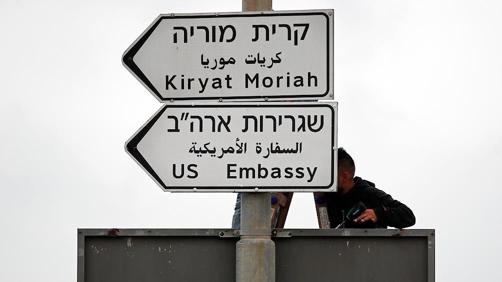 Instalan en Jerusalén primeros carteles que señalizan embajada de EE.UU