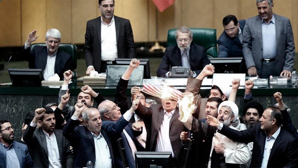 IRÁN: Diputados quemaron una bandera de Estados Unidos en el Parlamento
