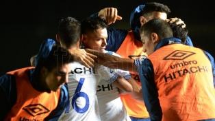 Colón sufrió en el complemento y Vélez aprovechó con Zárate