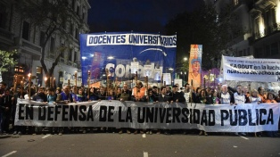 """Docentes encabezaron la """"Marcha de las antorchas"""" en Plaza de Mayo por más presupuesto"""
