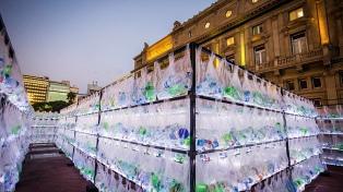 Crean un laberinto de 15 mil botellas para concientizar sobre la separación de residuos