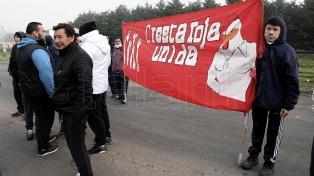 Empleados de Cresta Roja cortan la ruta 205 en defensa de las fuentes de trabajo