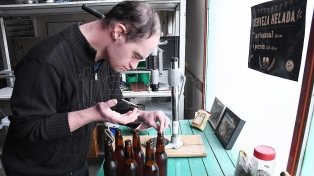 Un joven con síndrome de Down fabrica y vende su propia cerveza