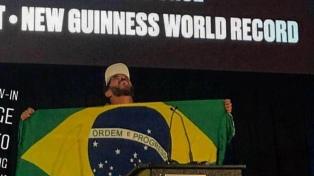 Un brasileño surfeó la ola más grande de la historia y entró en el libro Guinness