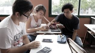 Cinco de cada 10 adolescentes tienen el celular al alcance de su mano 12 horas por día