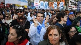 Con una masiva marcha, los gremios docentes reclamaron paritarias y paro general