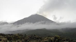 Advierten a ciudadanos y turistas no acercarse a un volcán ante una posible erupción