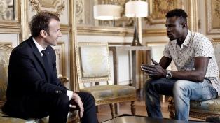 Macron le promete la nacionalidad a un indocumentado que salvó la vida de un niño