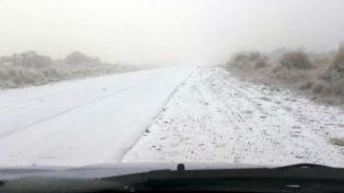 Fuerte nevada cerró caminos y causó desprendimientos en una ruta