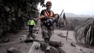 Jimmy Morales recorrió la zona de desastre por la erupción del Volcán de Fuego