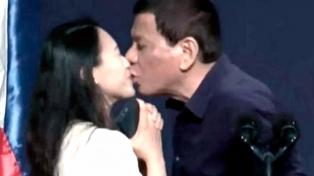 Controversia por un beso forzado del presidenteDuterte a una mujer