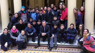 El Presidente saludó y posó junto a alumnos que visitaban la Casa Rosada