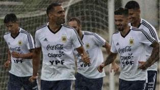 Argentina entrenó en medio de la lluvia y aguarda por Pavón