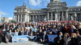 Michetti y tres ministros del Gobierno posaron junto a legisladores para una foto contra el aborto