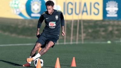 Neymar se retiró lesionado en un amistoso ante Camerún