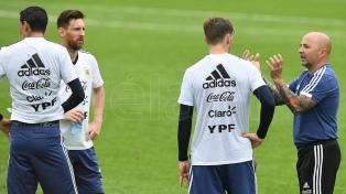 Argentina entrenó antes del debut, con el equipo confirmado