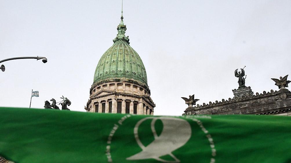 Afuera del Congreso se observan los pañuelos verdes a favor del aborto libre, seguro y gratuito.