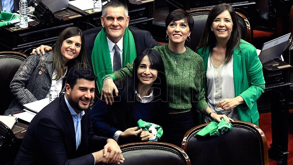 Los diputados del Frente para la Victoria-PJ (Cerruti, Alonso y Castagneto, entre otros) vestidos de verde a favor de la despenalización.