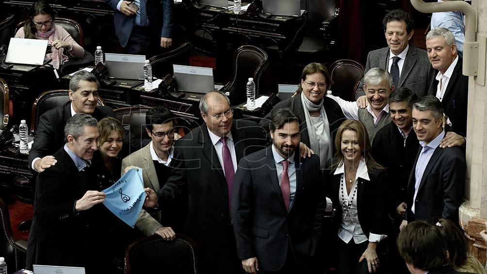 """Los legisladores en contra de la despenalización con el pañuelo celeste que identificó la campaña """"Salvemos las dos vidas""""."""