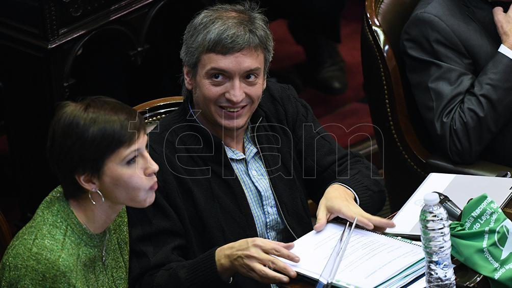 La diputada Mayra Mendoza vestida de verde junto a Máximo Kirchner durante la histórica sesión.