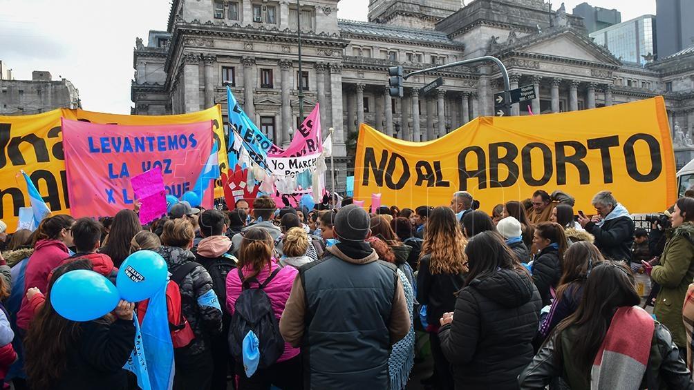 Globos y pancartas rosas y celestes en el sector que está en contra de la interrupción del embarazo.