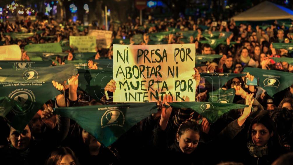 Mar del Plata: Vigilia de grupos a favor de la ley de despenalización del aborto. Foto: Télam / Diego Izquierdo