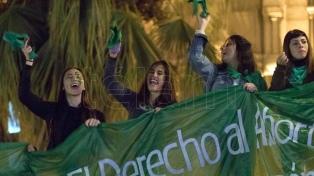 Provincias: pañuelazo en favor del aborto legal y banderazo y rezos por penalizarlo