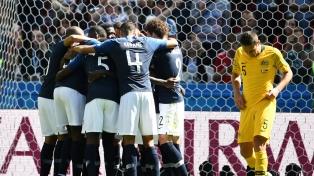 Francia, con muy poco y polémicas, derrotó a Australia en Kazan