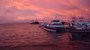 Amanecer desde el mar a las 10 de la mañana, en la semana de la noche más larga en Ushuaia