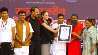 Una sesión de yoga reunió a 150 mil personas en la India y es récord Guinness