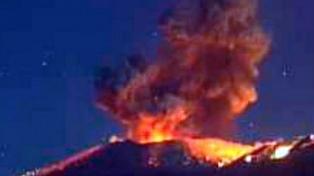 El volcán del Monte Shinmoe en Japón entró nuevamente en erupción