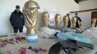 Desbaratan una banda que traficaba drogas en réplicas de copas del mundo